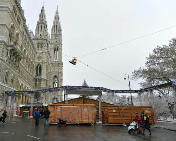ABD0054_20161221 - WIEN - ÖSTERREICH: ZU APA0278 VOM 21.12.2016 - Müllcontainer vor der Zufahrt zum Wiener Christkindlmarkt am Mittwoch, 21. Dezember 2016. - FOTO: APA/HERBERT NEUBAUER